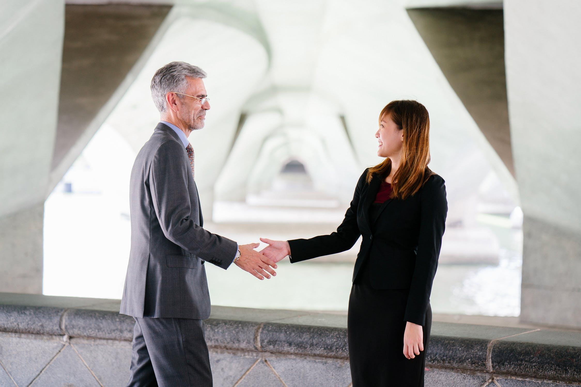Dlaczego młody handlowiec ma trudności w pracy z wymagającym klientem?